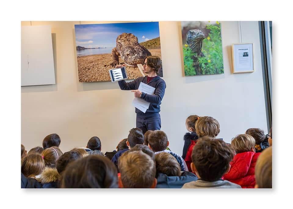 Emmanuelle expliquant la biologie des dragon de Komodo à des enfants