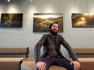Jean-Joaquim Crassous posant fièrement devant ses images